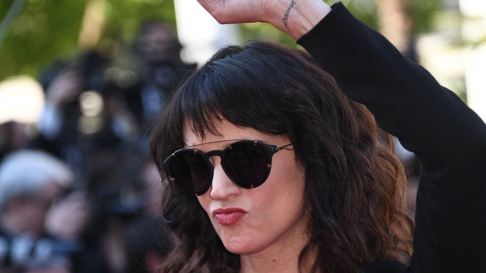 Italian actor Asia Argento raises her fist as she arrives on May 19, 2018 for the closing ceremony.