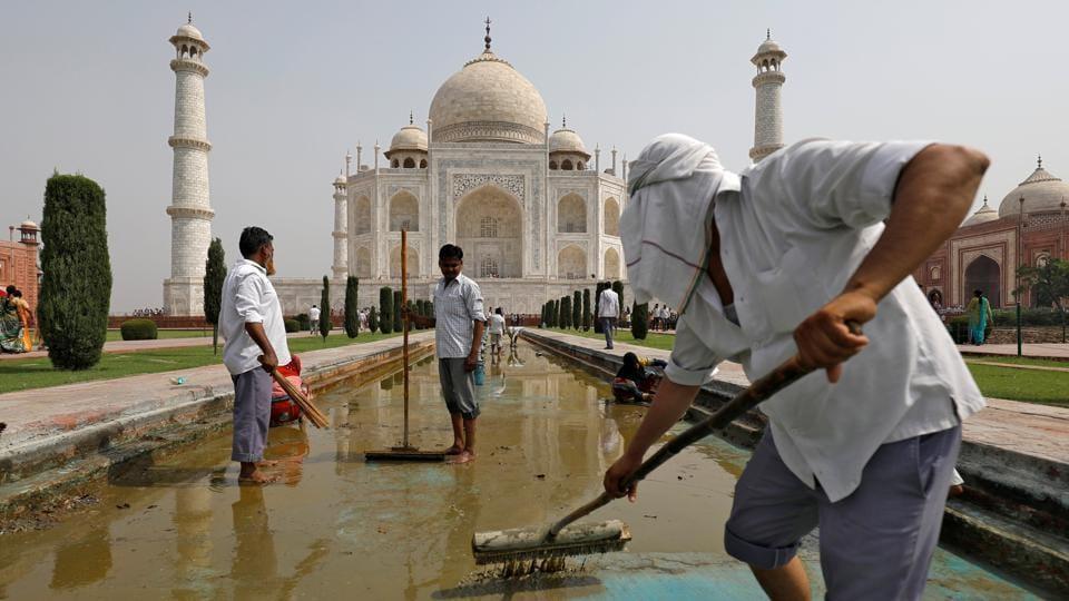 Labourers clean the fountain in the historic Taj Mahal premises in Agra, Uttar Pradesh on May 19, 2018. (Saumya Khandelwal / REUTERS)