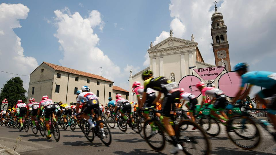 The pack rides in Mardimago during the 13th stage between Ferrara and Nervesa della Battaglia of the 101st Giro d'Italia, Tour of Italy cycling race. (Luk Benies / AFP)