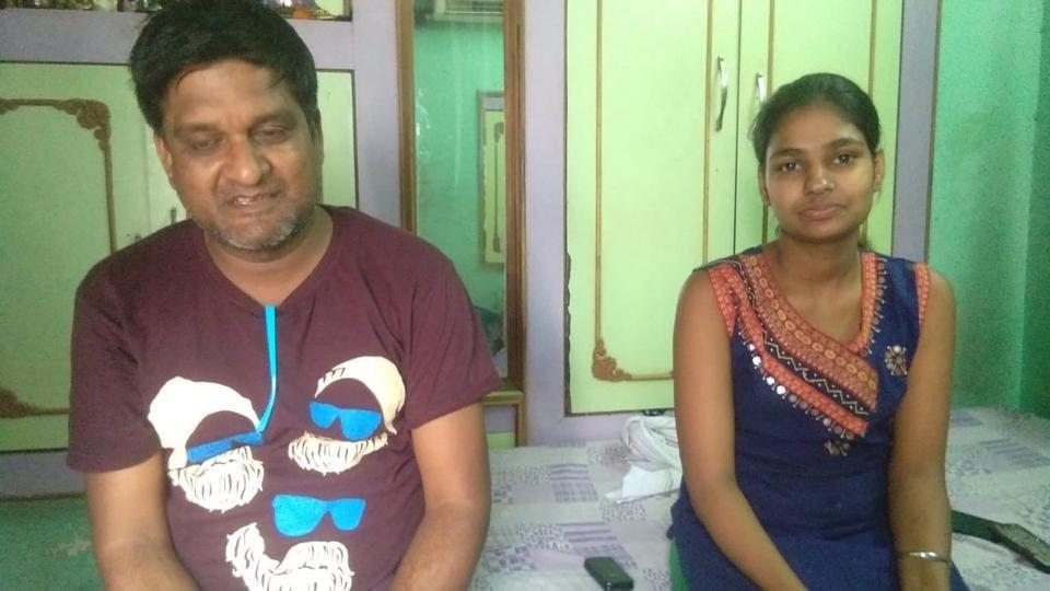 Monkey robs girl,Monkey steals money,Agra