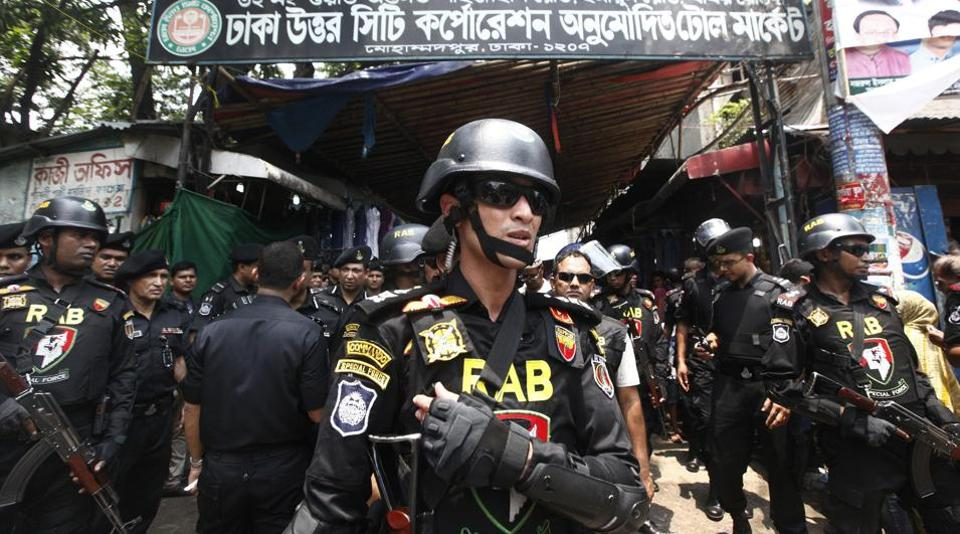 Bangladesh's Rapid Action Battalion (RAB) soldiers stand guard during a raid on suspected drug dealers at Mohammadpur Geneva Camp in Dhaka, Bangladesh, May 26, 2018.