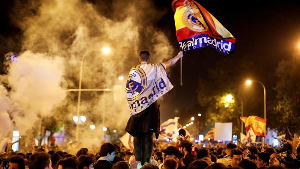 Real Madrid fans celebrate near the Cibeles fountain in central Madrid after their team won the Champions League on May 28, 2018. (Paul Hanna / REUTERS)