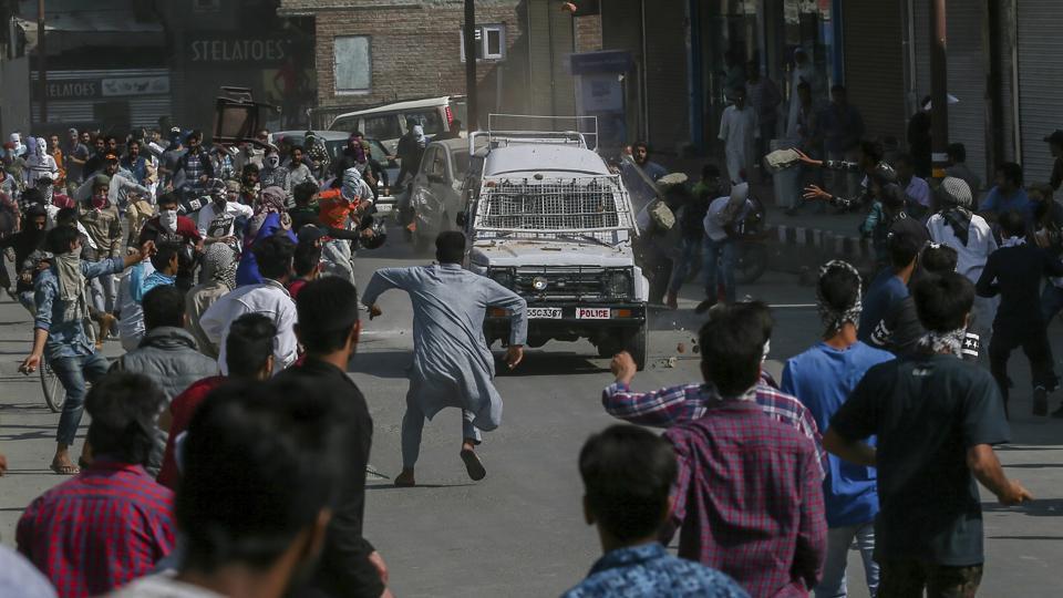 Srinagar,CRPF vehicle,Nowhatta
