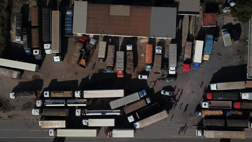 An aerial view shows Brazilian truck drivers blocking the BR-262 highway with their trucks during the fifth day of strike to protest against the diesel fuel price-rise at Juatuba, Minas Gerais state, Brazil on May 25, 2018. (Douglas Magno / AFP)