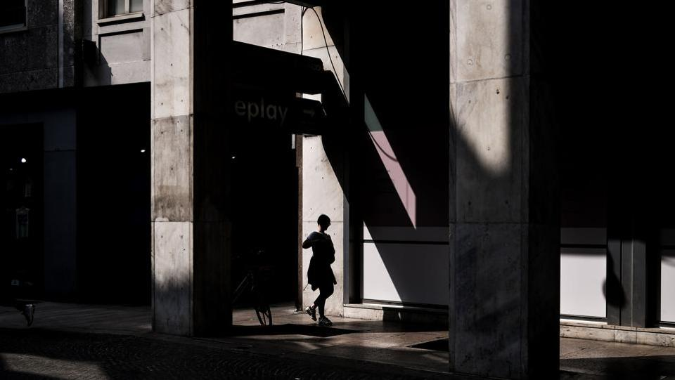 A woman walks in Corso Vittorio Emanuele on May 30, 2018 in Milan. (Marco Bertorello / AFP)