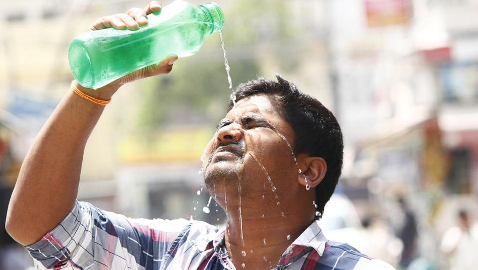 A man pours water on his face to beat the scorching heat in Gurugram. Merely two days ago, the  city sizzled at 42.6 degrees and Gurugram is reeling under a rain deficiency of 70% this pre-monsoon season.  The India Metereological Department (IMD) has cautioned that the gap could increase further over the next week since there is hardly any chance of rain. (Yogendra Kumar / HT Photo)