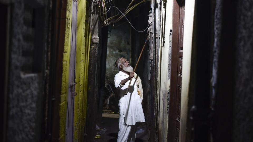 "Wearing a white pathani suit, skull cap and a keffiyeh spread across his left shoulder Peer ji limps to each structure, carrying a wooden stick which he lifts to bang on the doors. ""Rozedarooo, uth jao (Those fasting, awake),"" his hoarse call ringing out. (Burhaan Kinu / HT Photo)"