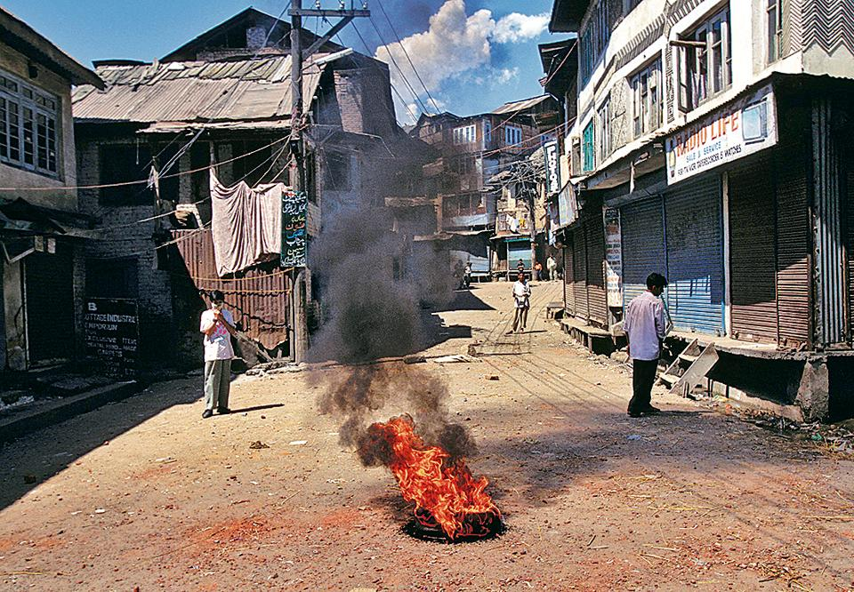 INDIA - JUNE 01: Violence in Kashmir In Charar e Sharif, India In June, 1995. (Photo by Robert NICKELSBERG/Gamma-Rapho via Getty Images)