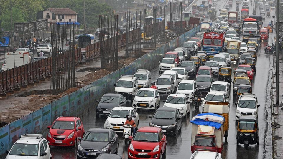 Traffic congestion on Western Express Highway due to heavy rain at Yogeshwari in Mumbai. Airline officials also informed passengers to make it early to the airport because of congestions on the road. (Satyabrata Tripathy / HT Photo)
