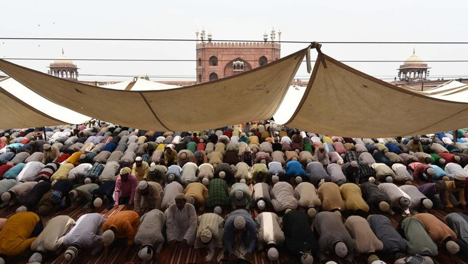 Devotees offer prayers on the last Friday in the month of Ramzan at Jama Masjid in Old Delhi.  (Vipin Kumar / HT Photo)