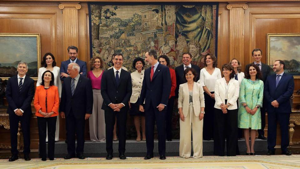 The new Spanish government's ministers pose with Prime Minister Pedro Sanchez (7L) and King Felipe VI (C) after taking oath at La Zarzuela palace in Madrid on June 7, 2018. King Felipe VI yesterday swore in Spain's new pro-EU government with a record 11 women members including in key posts such as defence and economy, and six male ministers. (J. J. Soriano / Pool / AFP)
