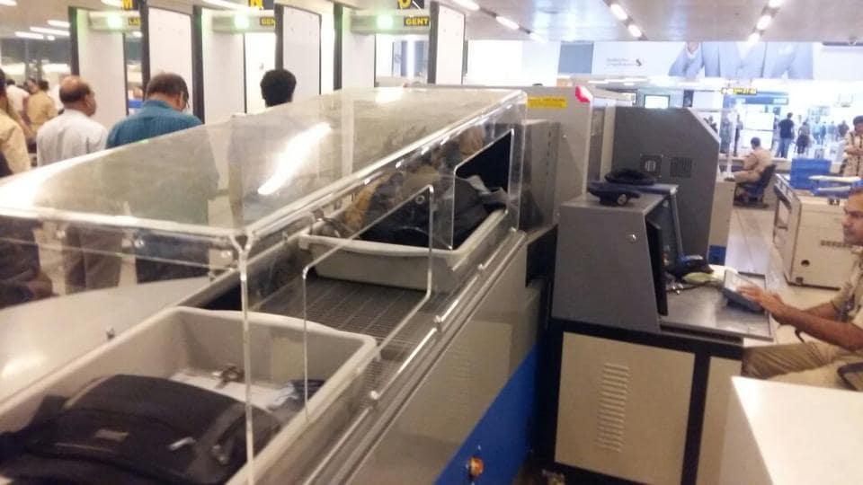 airport,baggage conveyor belt,security