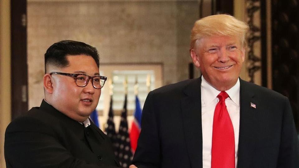 美国总统唐纳德特朗普与朝鲜领导人金正恩于2018年6月12日在新加坡圣淘沙岛度假岛上的嘉佩乐酒店举行的峰会上签署文件后握手。