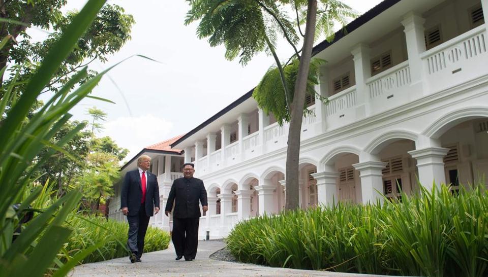 2018年6月12日,朝鲜领导人金正恩(R)在美国总统唐纳德特朗普(L)与新加坡圣淘沙岛上的卡佩拉酒店举行的历史性美国北朝鲜首脑会议期间休会期间与美国总统唐纳德特朗普(左)会晤。