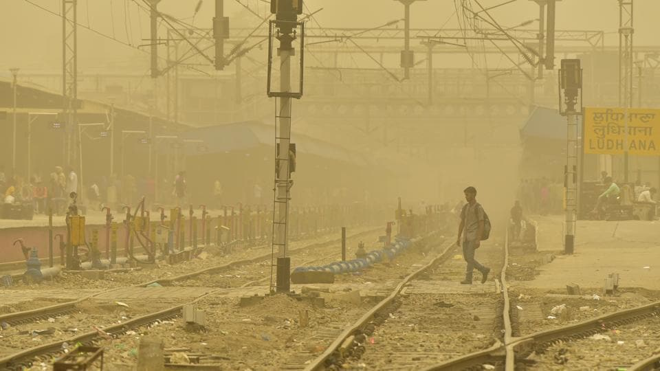 Ludhiana railway station engulfed in thick blanket of haze (Gurpreet Singh/HT)