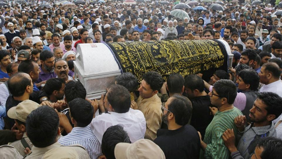 People carry the coffin of Shujaat Bukhari, the slain editor-in-chief of Srinagar-based newspaper Rising Kashmir,  during his funeral procession at Kreeri, some 40 kms north of Srinagar on June 15, 2018. (Waseem Andrabi / HT Photo)