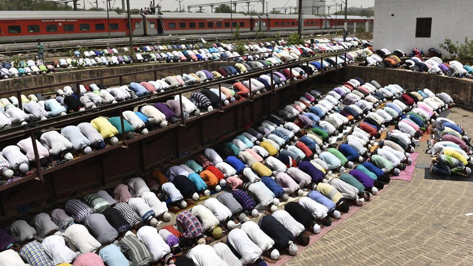 Devotees offer prayers on the last Friday of this year's Islamic month of Ramzan, near the Railway Yard at New Delhi Railway Station. (Sanchit Khanna / HT Photo)