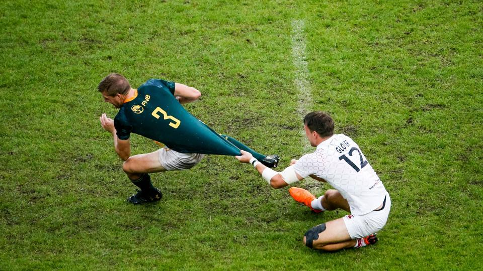 England's Harry Glover (R) vies with South Africa's Dylan Sage (L) during the 2018 Paris Sevens final of the Men cup rugby 7s between South-Africa and England at the Jean Bouin Stadium in Paris, France. (Geoffroy Van Der Haselt / AFP)