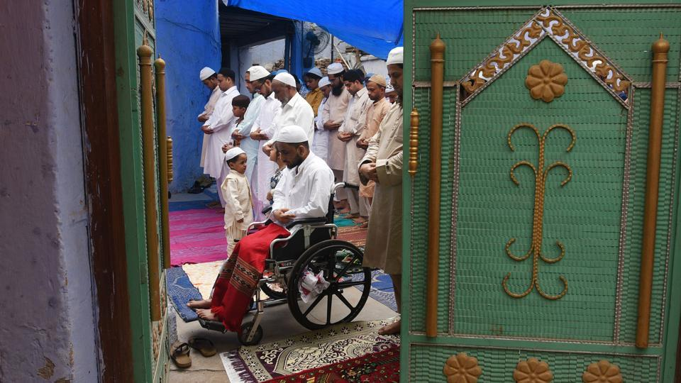 At the Dai Wali Masjid in Darya Ganj, an intimate offering of prayers. (Vipin Kumar / HT Photo)