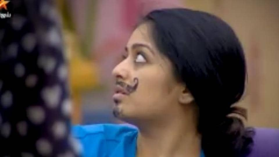Bigg boss 2 tamil episode 6 janani iyer and aishwarya dutta lock bigg boss 2 tamil episode 6 janani kisses aishwarya on the show thecheapjerseys Images