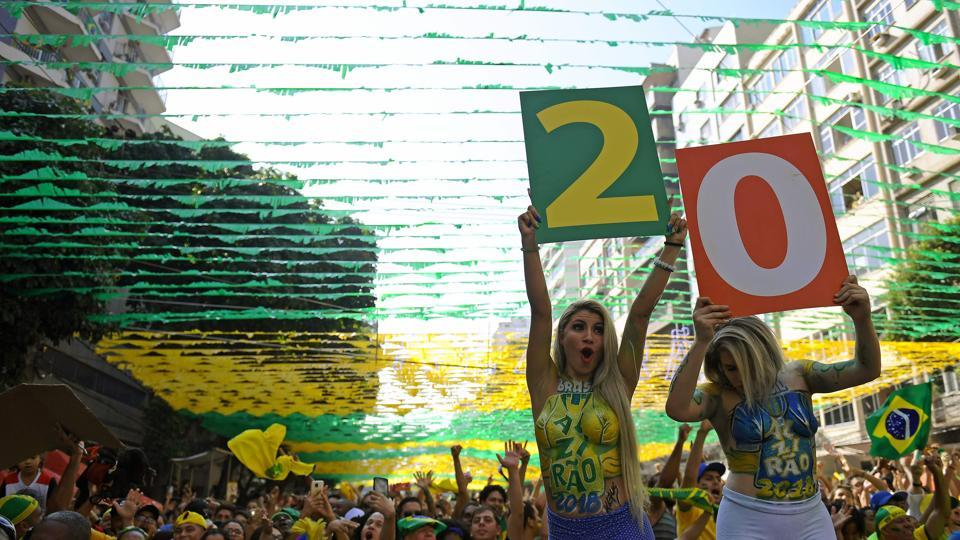 Fans celebrate Brazil's victory against Costa Rica after watching their FIFA World Cup Russia 2018 football match in a giant screen at the Alzirao neighborhood in Rio de Janeiro, Brazil on June 22, 2018. (AFP)