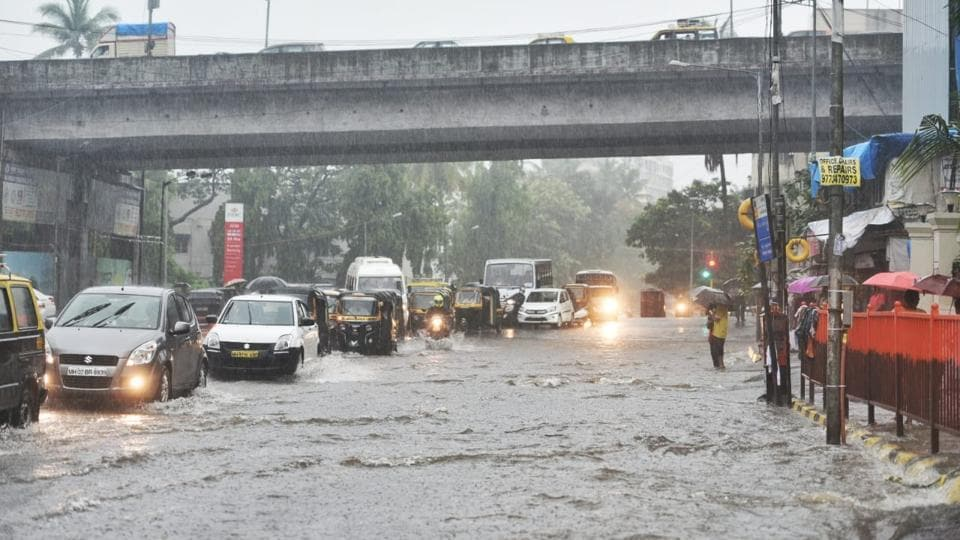 Vehicles wade through waterlogged Saha road in Andheri East. There are reports of waterlogging also in parts of Goregaon, Kandivali, Sion, Malad, Khar and Kurla. (Satyabrata Tripathy / HT Photo)