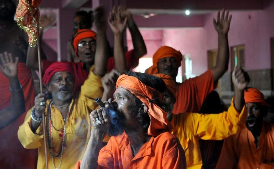 Sadhus chant religious slogans before the yatra begins.  (Nitin KAnotra/HT)