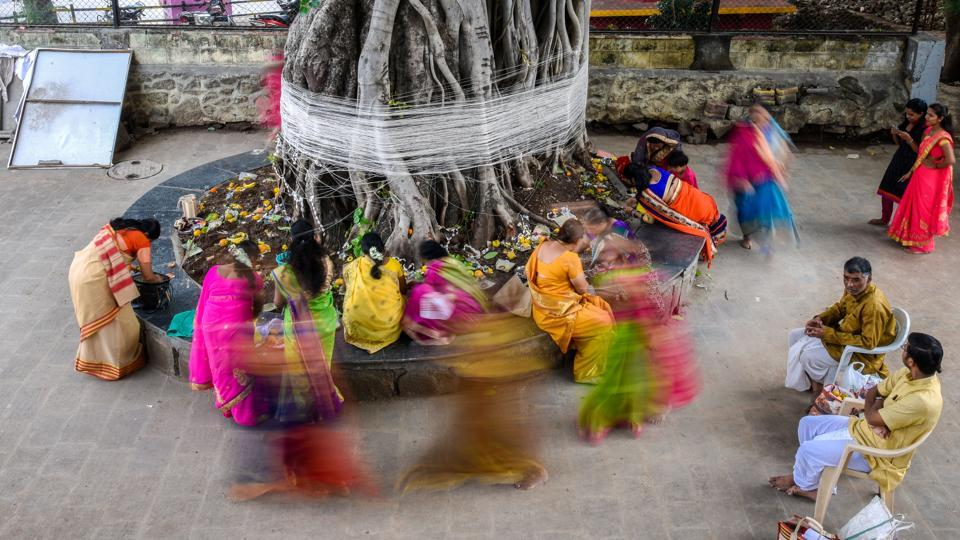 Women tie threads around a Banyan tree in Omkareshwar Temple on the occasion of 'Vat Pournima' in Pune on  June 27, 2018. (Sanket Wankhade / HT photo)
