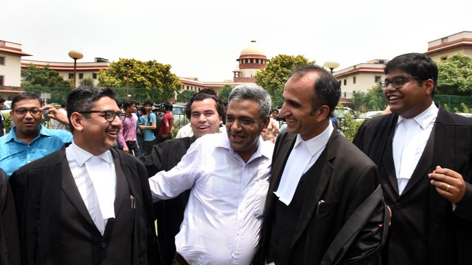 Delhi government's advocate, Rahul Mehra (2R) with CM Arvind Kejriwal's advisor Nagender Sharma (2L) and other lawyers celebrate after the verdict in the case between the Centre and Delhi government in which a five-judge bench of the Supreme Court unanimously held that Lt. Gov. Anil Baijal does not have independent decision making powers and is bound to act on the aid and advice of the Council of Ministers. (Sonu Mehta / HT Photo)