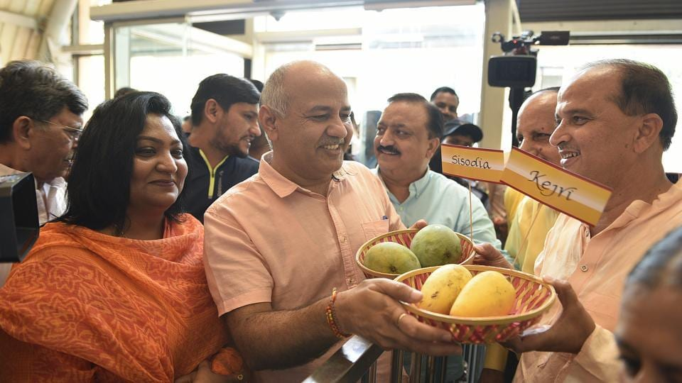 Delhi deputy chief minister Manish Sisodia on Friday inaugurated the 30th Mango Festival at Delhi Haat, Janakpuri. He used pun and sweet humour to drive home the message about the value of 'aam aadmi' and said the speciality of mango is that it is the king of fruits and yet so ordinary. (Sanchit Khanna / HT Photo)