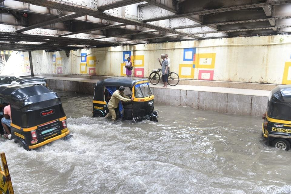 Only light vehicles were allowed on the Gokhale flyover and heavy vehicles could take the Milan flyover or Thakre flyover Jogeshwari . (Satyabrata Tripathy/HT Photo)