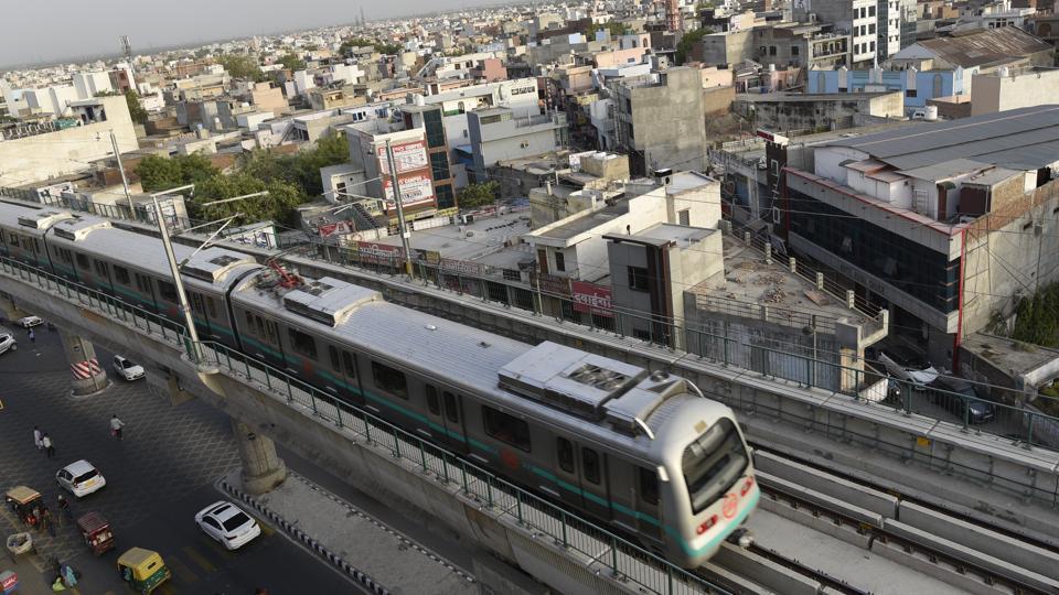 Delhi Metro,Delhi Metro suicide attempt,Karol bagh Metro station