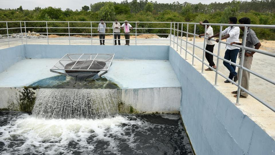 The Koramangala-Challaghattapura Valley lift irrigation project seeks to fill 226 lakes in the district through a series of channels and pumps. The government has argued that the water provided is fit for fisheries and propagation of wildlife and its quality is better than that of the existing groundwater, which it said has high traces of fluorides and nitrates. (Arijit Sen / HT Photo)