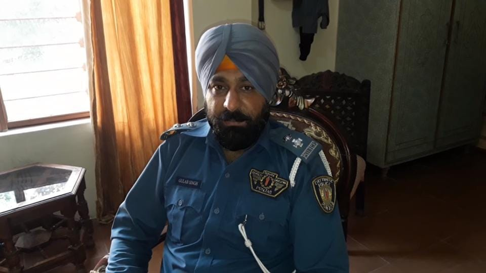 Pak Sikh cop,Pak Sikh police thrashed,Pak Sikhs
