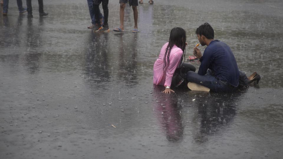 Rains Lash Delhi Minimum Temperature Plummets To 278 Degrees Celsius