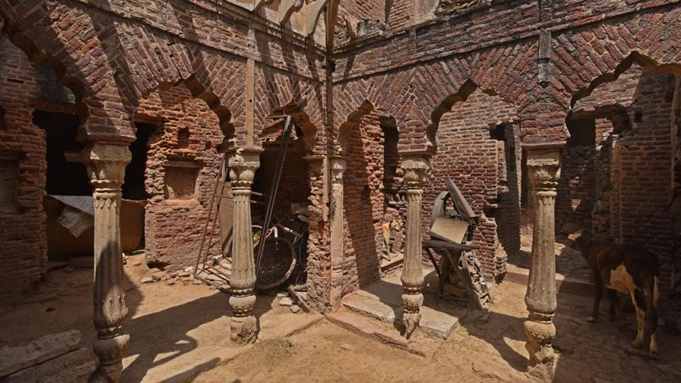 A view of the interiors of Aam Khas. Vikas Maloo, head of the archaeology department said the survey is on its last lap and is likely to be completed by next week. Once the assessment in collaboration with SDM office is done, a blueprint to uplift the area will be prepared—a move that experts believe will help in finding out which part of the structure needs conservation. (Anushree Fadnavis / HT Photo)