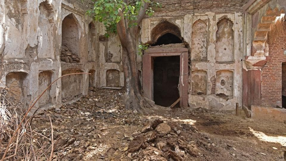 District Magistrate of Delhi and other officials visit Aam Khas. Its remains comprise brick masonry work with generous use of red sandstone. A section of the fortress — central vaulted chamber with domed pyramidical roof — has survived but major elements have caved in. The domed compartment is now used to stash cow dung cakes. (Anushree Fadnavis / HT Photo)