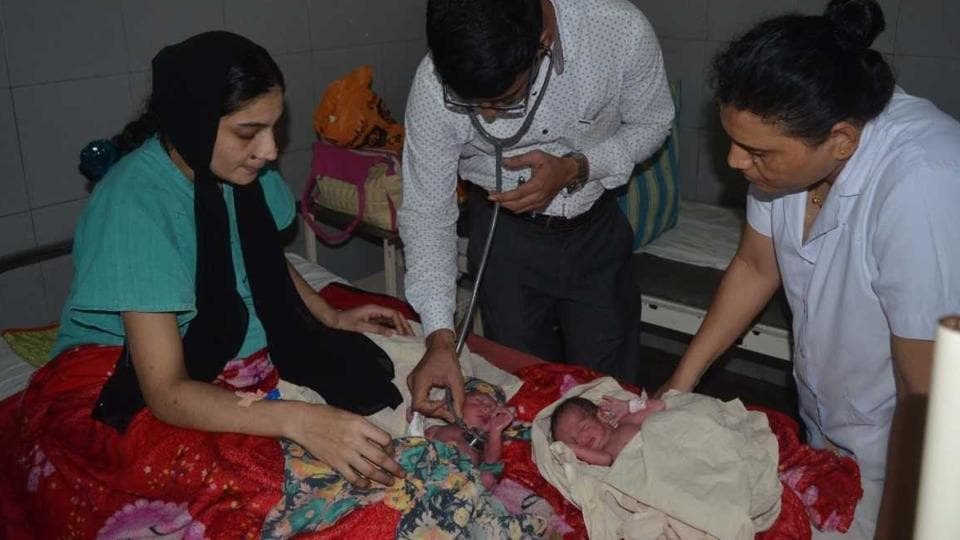 Mumbai,woman delivers twins at Kalyan station,woman delivers in train