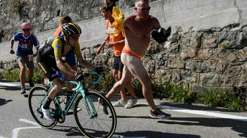 Spectators run along Netherlands' Steven Kruijswijk in the ascent to l'Alpe d'Huez during the twelfth stage of the 105th edition between Bourg-Saint-Maurice - Les Arcs and l'Alpe d'Huez, on July 19, 2018. (Philippe LOPEZ / AFP)