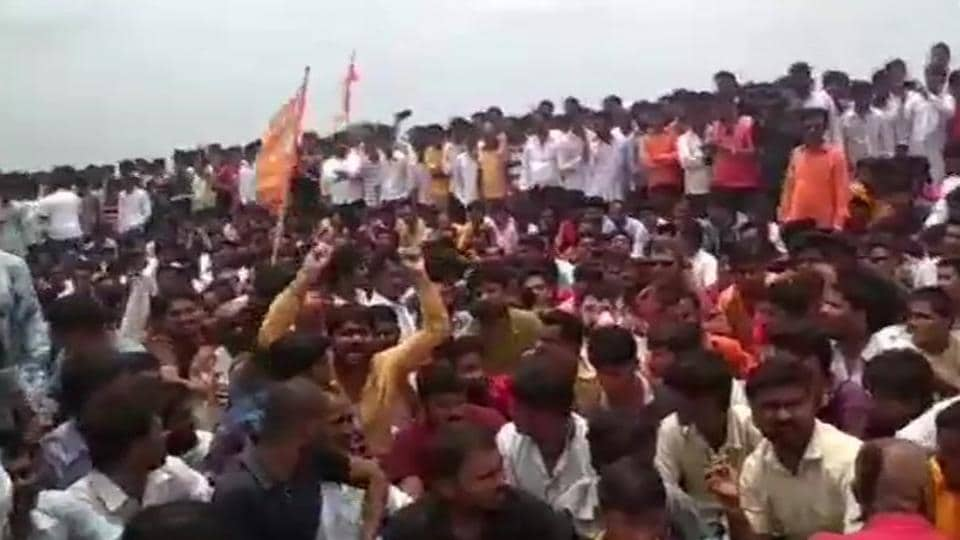 Authorities on Tuesday rushed more forces and shut down internet services as Maratha protesters demanding reservation in Maharashtra's Aurangabad district and parts of Marathwada set vehicles, including those of the police and fire departments, on fire and pelted stones even as two men tried to commit suicide. (ANI)