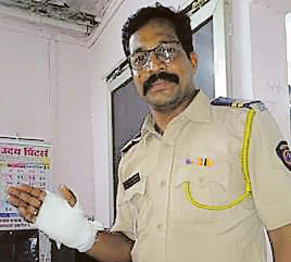 Prashant Mahamunkar, a constable with DN Nagar police station, injured his hand while trying to catch the thieves.
