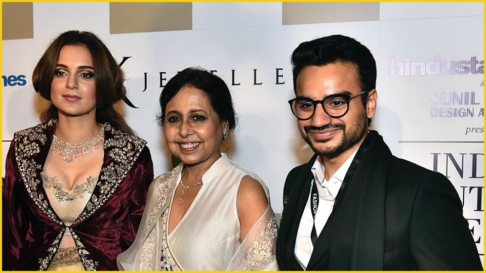 The showstopper Kangana Ranaut with designer Anju Modi and MD, RK Jewellers South Extension II, Rohan Sharma. (ICW 2018)
