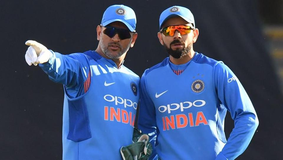 MS Dhoni (L) and Virat Kohli are two of the most popular cricketers in India and the world.