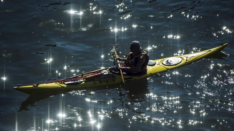 A canoeist makes his way on the Rhine river in Cologne, Germany on July 24, 2018. (Federico Gambarini / AP)