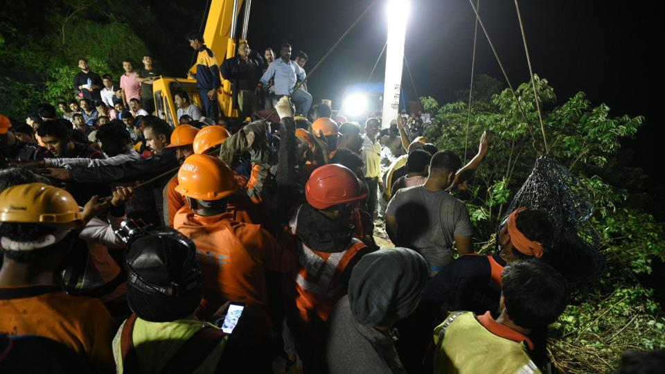 The search  teams had initially managed to trace 14 bodies, but it took nearly six hours to pull out the other corpses because of the difficult terrain of the area which is surrounded by dense vegetation. (Pratham Gokhale/HT Photo)