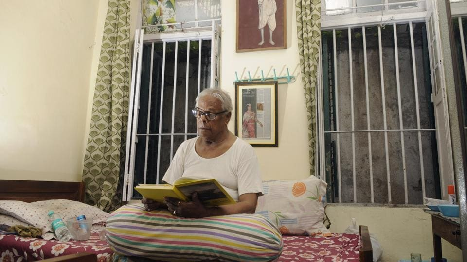After a lifetime of performing as mythical warrior queens and angry goddesses, he has withdrawn into a cramped, airless room in a dusty old-age home where few know of his fame. The Ramkrishna Old Age Home has been Bhaduri's home for the last nine months, after he walked out of his niece's home following a bitter altercation. (Samir Jana  / HT Photo)