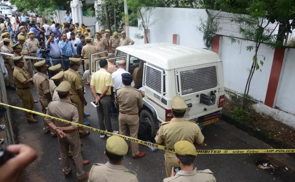 Lucknow,Cash van,Shot dead