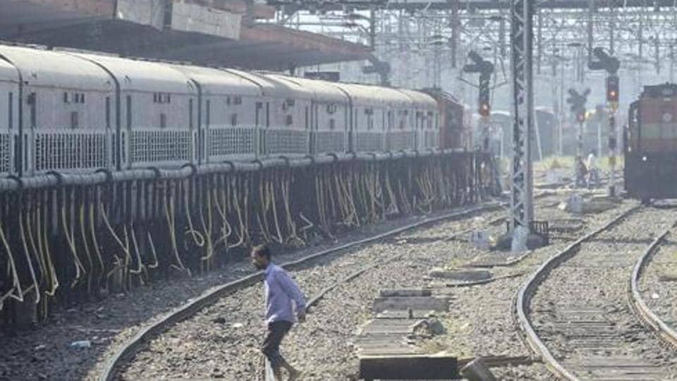 Pune,Pune-Mumbai trains,delayed