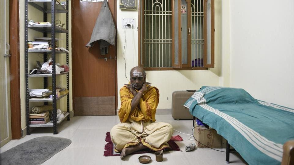 PSS Shastri came from Vijayawada, Andhra Pradesh to live in Kashivas Bhavan, awaiting death. Once upon a time, it was difficult to identify moksha seekers in Kashi. They were part of the crowd and were not segregated as visitors or guests in hotels where people check-in to die. (Sanchit Khanna / HT Photo)