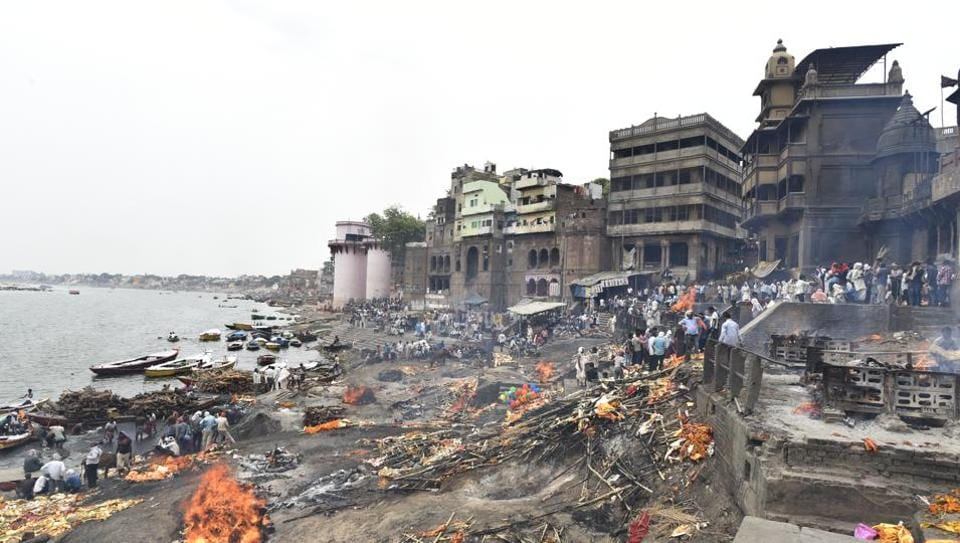 A view of Manikarnika Ghat at Varanasi in Uttar Pradesh. In the Hindu belief system, dying in Kashi, the older part of Varanasi city, along the banks of Ganga, is associated with moksha or mukti – liberation from the cycle of life and death. This is what has motivated the devout to go to Varanasi in their last days. Or last years, in many cases. (Sanchit Khanna / HT Photo)